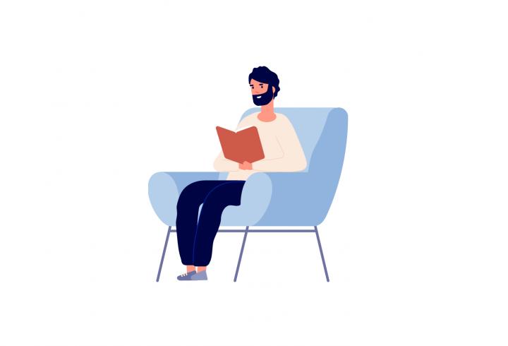 Bărbat care citește pe canapea