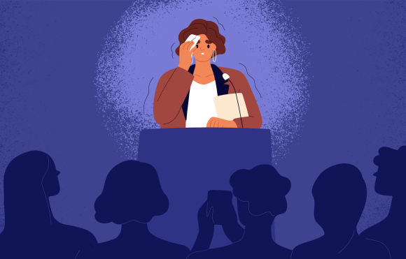 Femeie care simte frică pe scenă