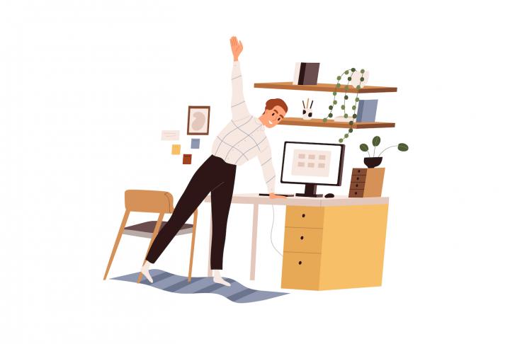 Bărbat în fața computerului, în casă